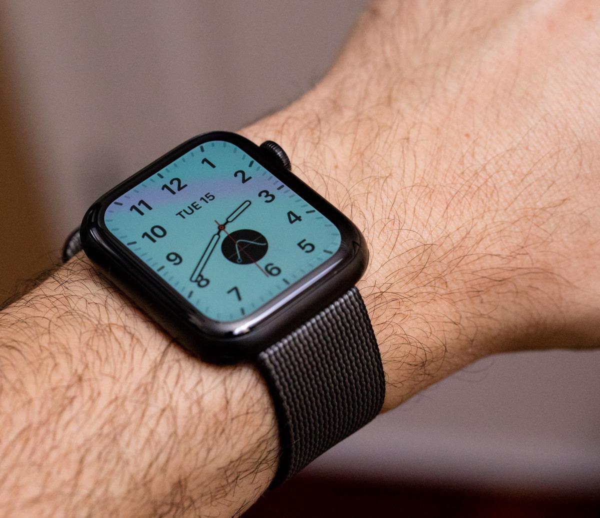 Apple pametni sat generacija 5 s upaljenim ekranom na ruci